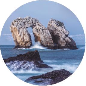 Itinerario de ida y vuelta de 2 horas de duración en el que, a través de un paisaje espectacular, comprenderemos el proceso de desmantelamiento de las rocas por parte del oleaje y la génesis de la multitud de formas del relieve a las que da lugar. Además podremos imaginar el futuro de este litoral.