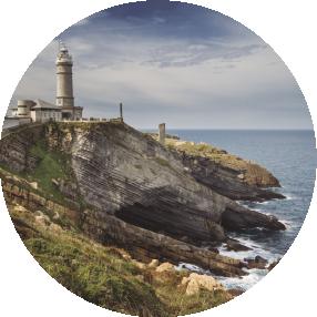 La ciudad de Santander presenta una geología privilegiada que puede conocerse en detalle a lo largo de su litoral. El itinerario comprendido entre Cabo Menor y Cabo Mayor cuenta con un paisaje costero de playas y altos acantilados que encierran secretos sobre el pasado del planeta.